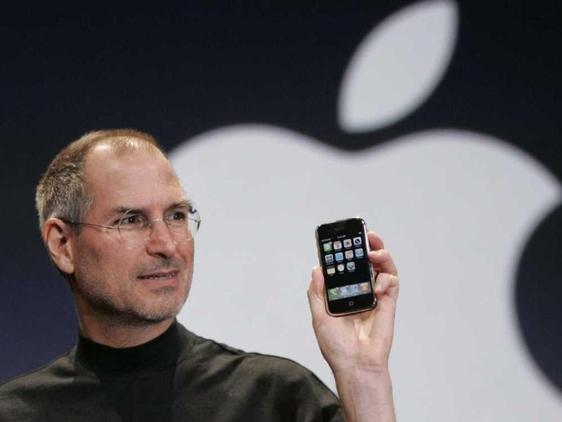 Steve Jobs introduces the iPhone. Photo genius.com.