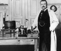 Poulsen with his wire recorder (c. 1910)