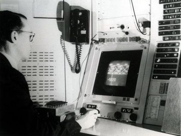 Ivan Sutherland using Sketchpad on the MIT TX-2 computer system.