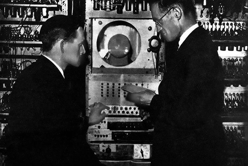 Kilburn (izquierda) y Williams frente a 'Baby'