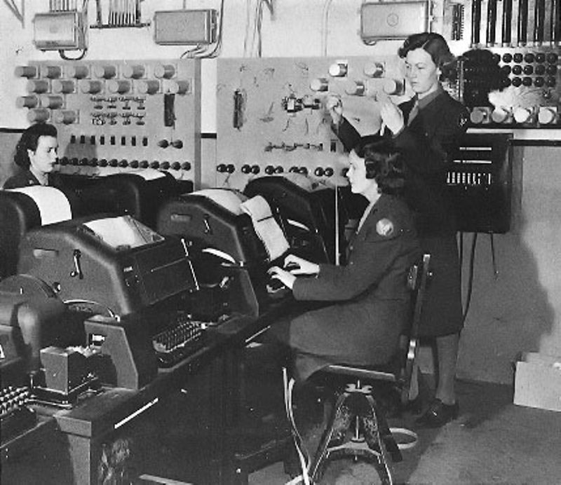 Los estadounidenses que usan teleimpresores, en la Segunda Guerra Mundial